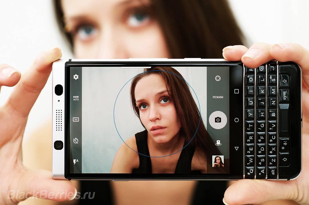 Beauty_model_girl_use_blackberry_keyone1