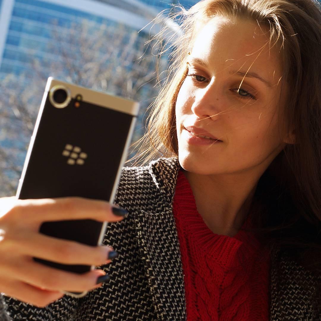 Beauty_model_girl_use_blackberry_keyone10