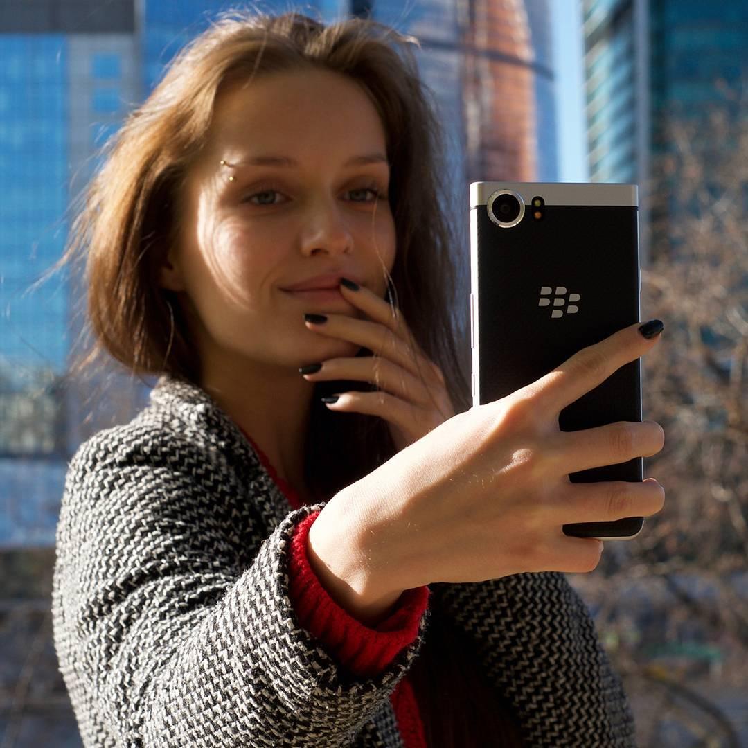 Beauty_model_girl_use_blackberry_keyone3