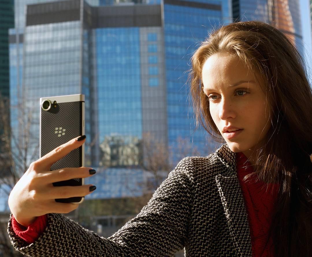 Beauty_model_girl_use_blackberry_keyone4