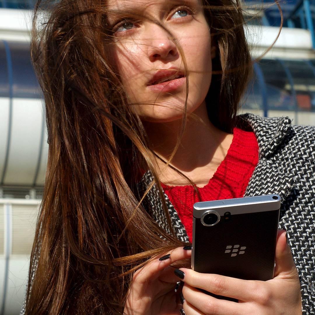 Beauty_model_girl_use_blackberry_keyone6