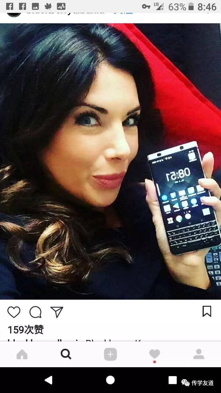 时尚人士使用黑莓KEYone手机